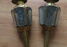 Twee koperen koetslantaarns met 6-vlaks bewerkt glas